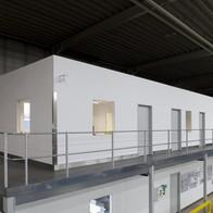 Raum-in-Raum Lösung in einer Produktionshalle.
