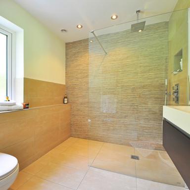 Hochwertige Badrenovierung mit eleganter Fliesengestaltung.