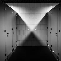 Installation einer öffentliche Toilette, samt Sanitär-, Elektro- und Fliesenarbeiten. Aus einer Hand.