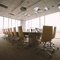 Konferenzraum mit Teppich.