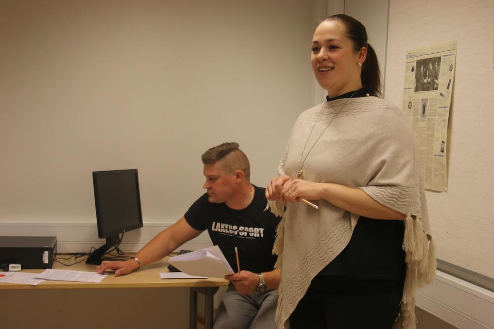 Tommi Ranta-aho ja Maria Saarnio antavat palautetta skannaavasta sovituskopista
