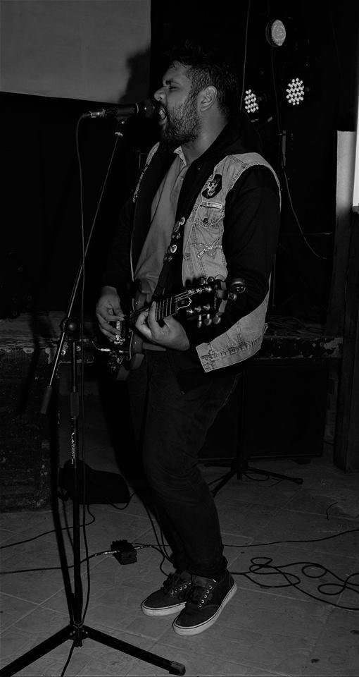 Sebastián Paniagua en la guitarra