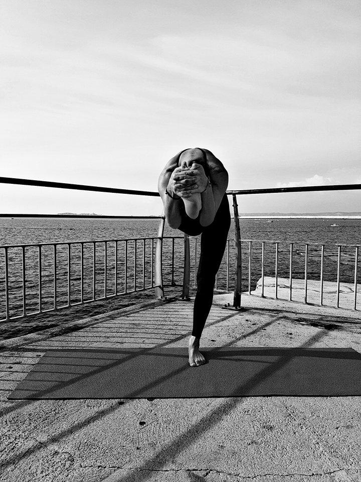 en équilibre front genou