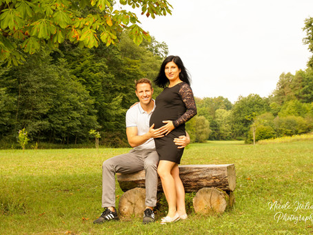 Entspanntes Schwangerschaftsshooting am Waldrand