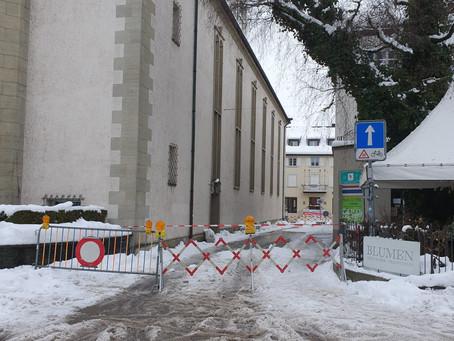 Abklärung, in Frauenfeld, Freie-Strasse, Schnee ist auf die Strasse/Trottoir gefallen