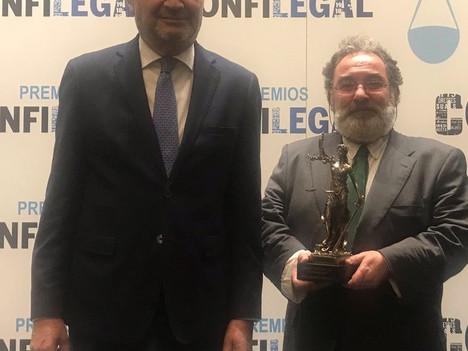 """El Consejo General de Procuradores de España recibe el premio """"Al Compromiso"""" de Confilegal en recon"""