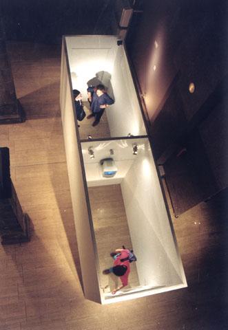 Zhang Peili, Opposite Space, 1995, Zwei-Kanal-Videoinstallation mit Überwachungskameras und Fernsehbildschirmen, Farbe / Two-channel video installation with surveillance cameras and TV displays, colour, 500 x 140 x 350 cm (Installationview China Artistic Avantgarde Movements, Centre d'Art Santa Monica, Barcelona, Spain, 1995), © Zhang Peili / Boers-Li Gallery