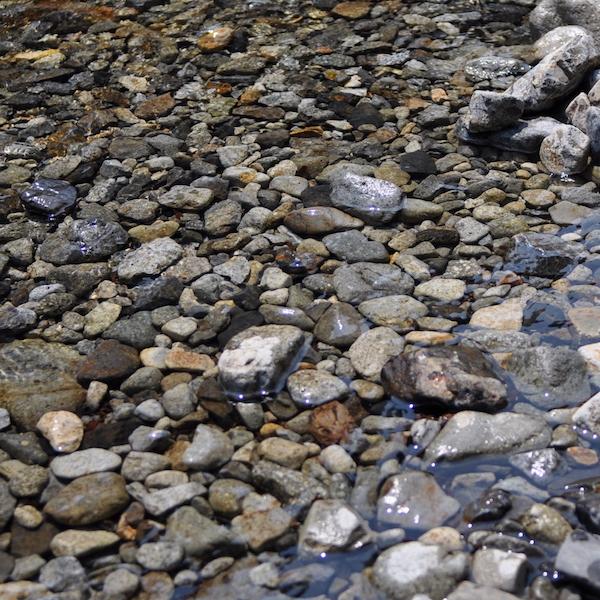 自然の川砂利