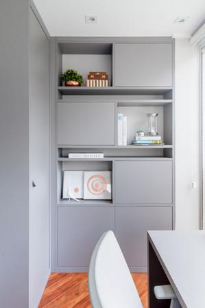Home office com estante personalizada
