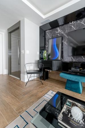 Detalhe porta de entrada e painel de tv