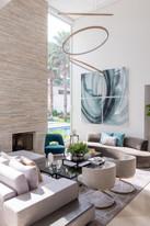 Sala de estar com pé direito alto lustre