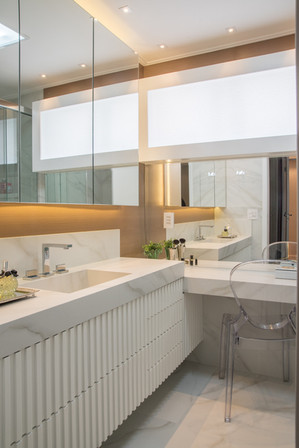 Banheiro com bancadas em porcelanato