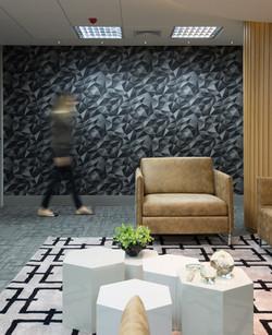 Escala humana- detalhe poltrona caramelo e papel de parede