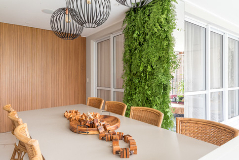 Mesa de jantar ampla e jardim vertical