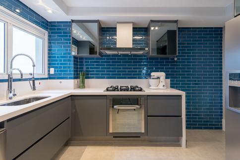 Cozinha moderna e jovial com parede em azulejos azuis