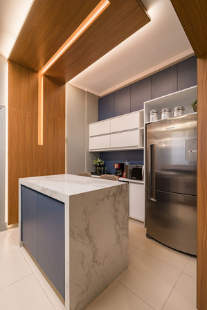 Cozinha com ilha marmorizada e painel