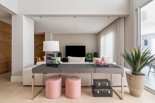 Sala de TV com aparador cinza e puffs na cor rosa
