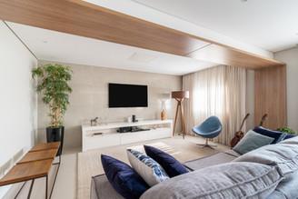 Sala de tv aconchegante com madeira