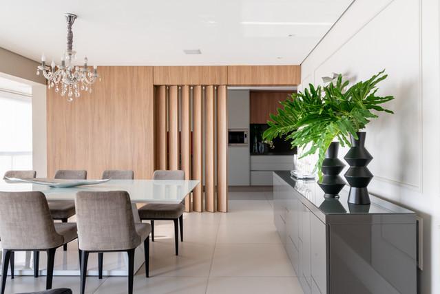 Sala de jantar - buffet e painel de madeira