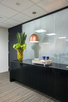 Sala de reuniões detalhe aparador e arranjo