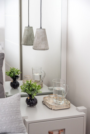 Detalhe de quarto de casal com luminária