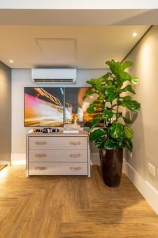 Composição móvel de apoio, composição de quadros e vaso com planta Ficus-lyrata