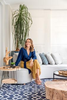 Arquiteta Sabrina Salles no sofá curvo