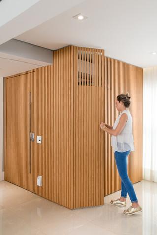 Porta painel e armário com ripado de  madeira