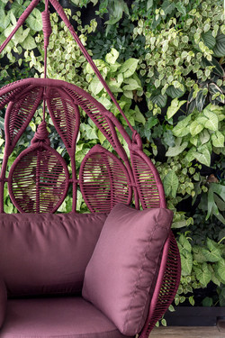 Varanda decorada com balanço e jardim