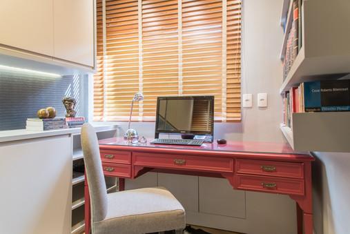 Home office moderno com toques clássico