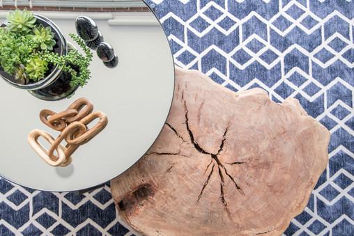 Detalhe mesa de centro de tronco e mesa espelhada