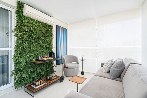 Detalhe de varanda com jardim vertical