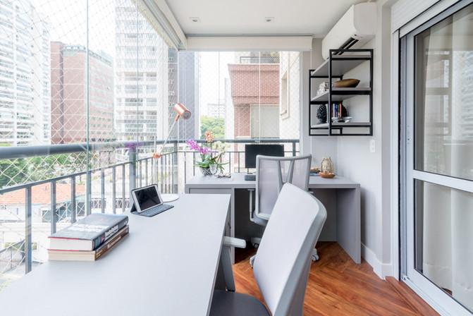 Home office minimalista e aconchegante