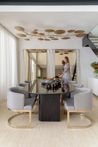 Sala de jantar e arquiteta ao fundo