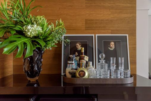 Murano com arranjo e bandeja com cristais e bebidas