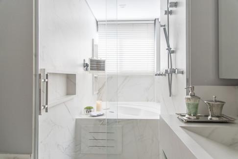 Banheiro branco com pia esculpida
