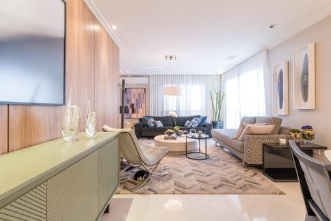 Sala de estar com mix de estampas e acabamentos