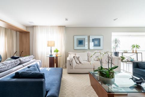 Sala decorada com estofados em azul e branco