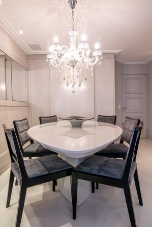 Sala de jantar com toques clássicos e lustre reto