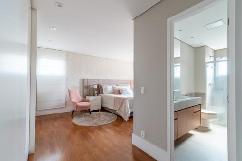 Suite romântica e banheiro decorado