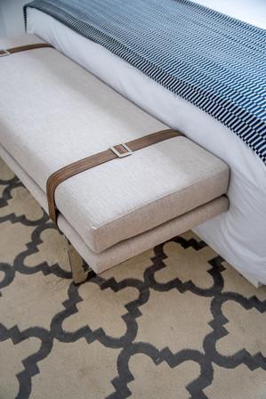 Detalhe suite master banco estofado com tiras em couro