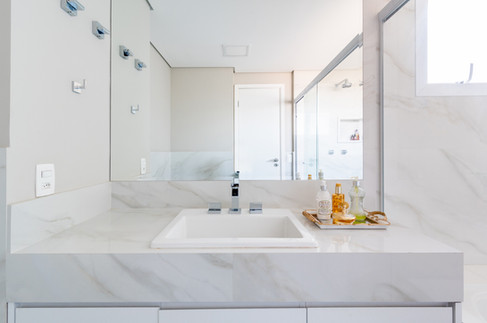 Banho master todo branco e bem iluminado