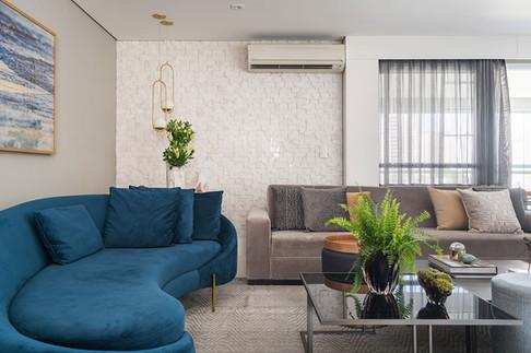 Sala de estar com sofá curvo azul