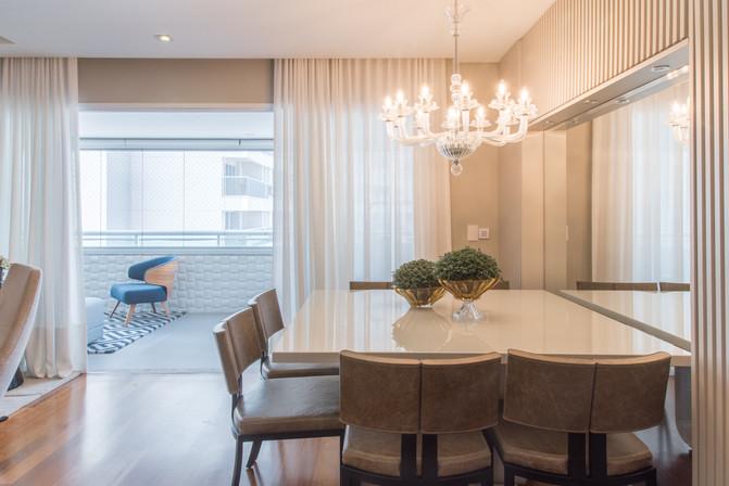 Sala de jantar com lustre clássico