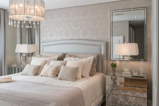 Suite romântica com decoração clássica