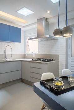 Cozinha jovial com azulejo branco