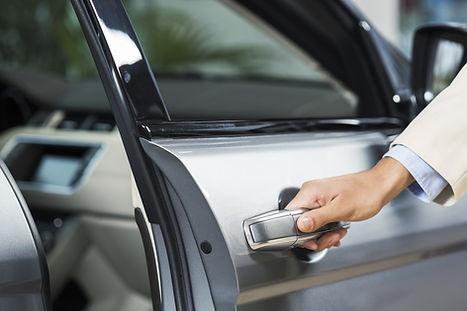 Abrindo a porta do carro