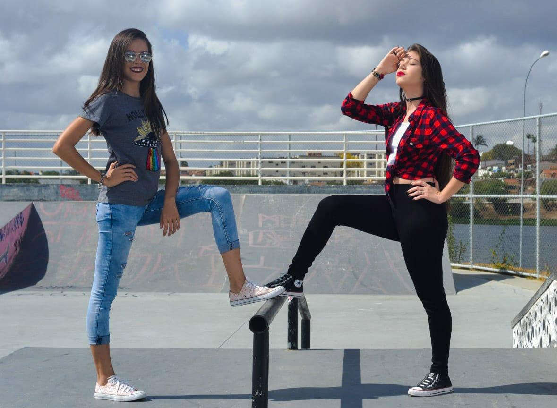 """""""As modelos Sandy Heloise e Rozy Albuquerque, expõem os ALL Star's feitos de lona e borracha."""" Foto: Carolina de Lira/ Coletivo F8"""