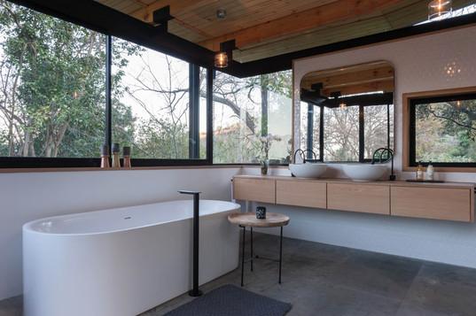 House Roos - main bathroom #1.jpg