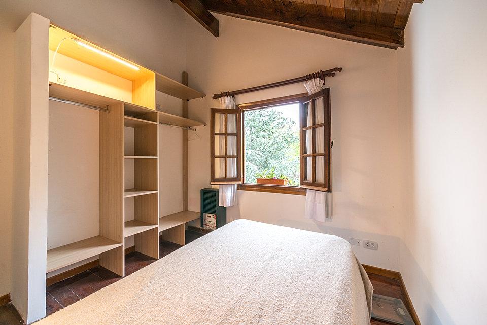 Avitacion con muebles de algarrobo for Centro del algarrobo